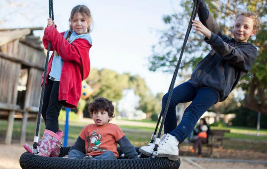 הילדים-בגן-המשחקים